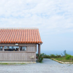 今帰仁村の山奥に佇む「カフェこくう」で、贅沢に沖縄を見下ろす。