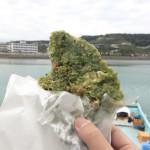 奥武島の「テルちゃんいまいゆ市場」で、天ぷらを食べるとこうなる。